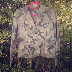 Jackets & Blazers - NWOT Fitted camouflage jacket